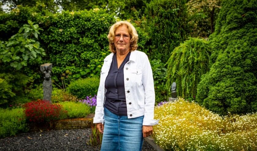 """Gerda Heintzbergen in haar tuin: """"De toegenomen tijdsdruk is de grootste verandering in al die jaren""""."""