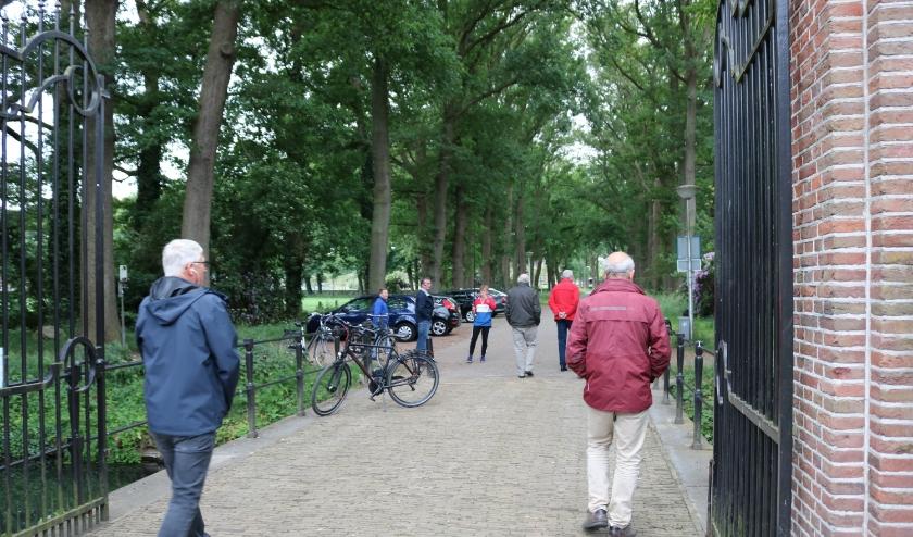 De stadsgidsen van het Rijssens Museum testen de nieuwe geluidsapparatuur op de Kasteellaan uit. Van links naar rechts Jan Berkhoff, Seino Baan, Jan van de Maat, Gerrit Flim en Rien van Driel. (Foto: Jan Joost)
