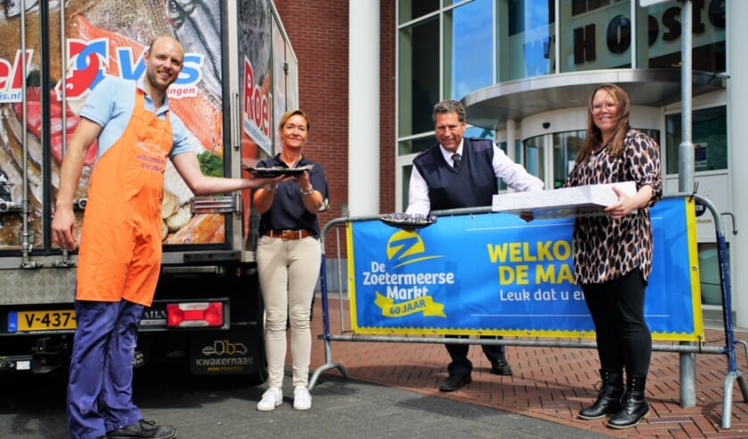 De haringen worden uitgereikt aan de medewerkers van WZH locatie Oosterheem.