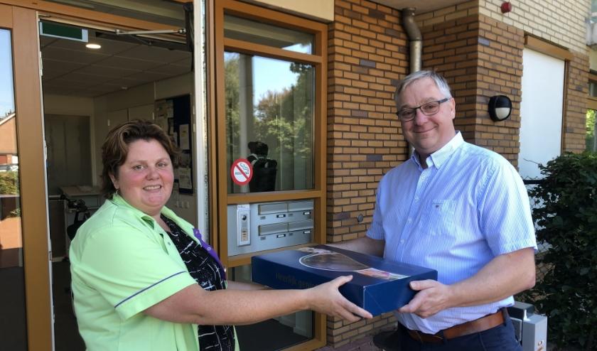 Tobi Smit (Lion) overhandigd Hollandse Nieuwe aan een medewerker van Viattencce bij locatie De Klaarbeek.