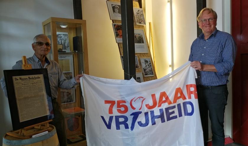 Wethouder Bart de Leede opent samen met Joop Teunisse de tentoonstelling over de capitulatie van Japan. Foto: Peter Spek