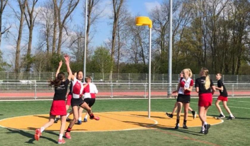 Jeugdleden van Fortissimo in actie op Sportpark IJsseloever. Tijdens twee vriendjes- en vriendinnetjesdagen kunnen alle IJsselsteinse kinderen komen korfballen. (Foto: Silvy van Schaik)