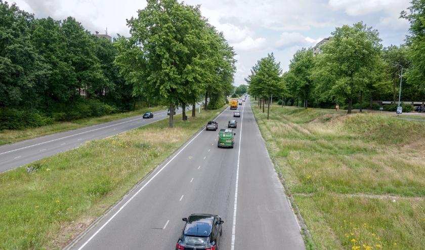 De Kennedylaan, gezien vanaf viaduct Sterrenlaan, richting de Tempellaan. (Foto: Eindhoven in Beeld / Frans van Beers).