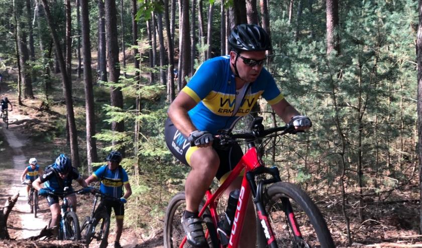 Wekelijks fietsen er meerdere groepen op meerdere niveaus over de weg en door het bos.