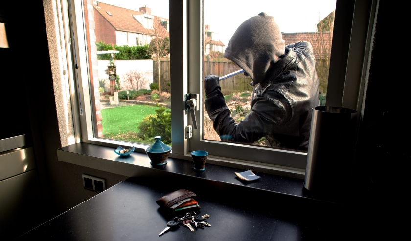 Inbreker forceert raam