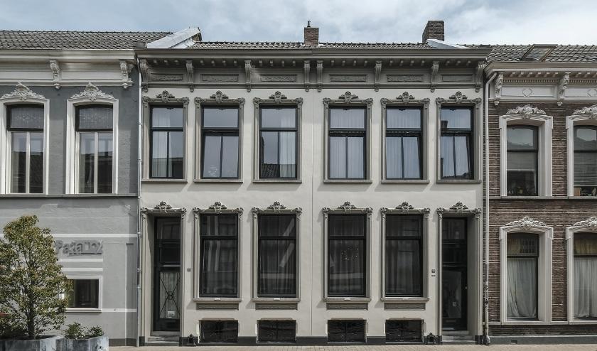 De panden zijn elkaars spiegelbeeld. Ze zijn rond 1885 gebouwd als kantoor-woonhuizen en zijn gemeentelijke monumenten. Meer info staat op www.heemkundekringtilburg.nl.