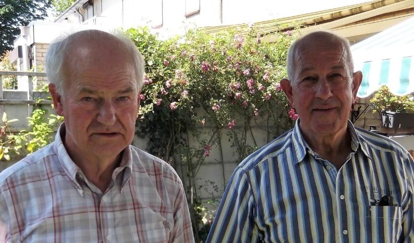 Hans van Vlerken en Wim Seelen in de tuin gefotografeerd, want 'hun' MTS staat er niet meer.