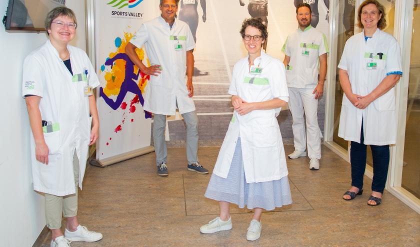 Op de foto van links naar rechts: revalidatiearts Annet Geesken, sportarts prof. dr. Hans Zwerver, diëtist Nancy Janssen, fysiotherapeut Remco Looijen en sportarts Inge Gobes-de Punder. (foto Ernst-Jan Brouwer).