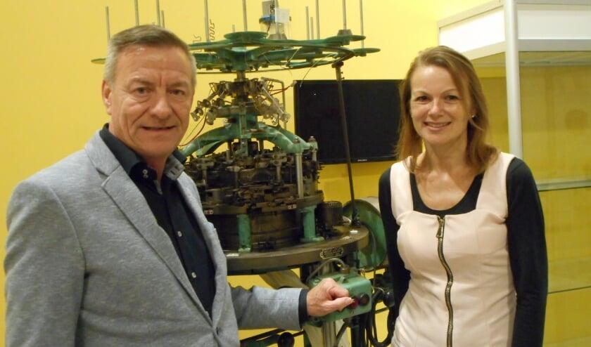 Voorzitter Theo van Hardeveld en conservator Natalie Kriek bij het eerste collectiestuk van de nieuwe tentoonstelling: een 900 kilo wegende breimachine