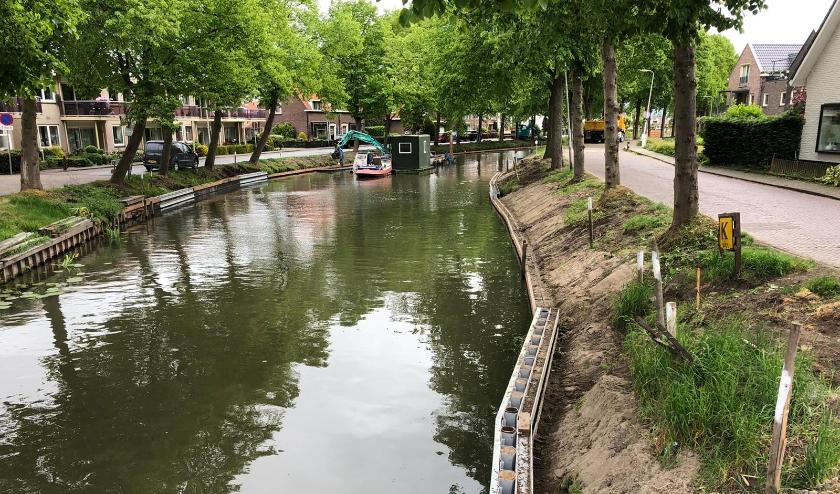 Net als bij de eerste 750 meter van het hersteltraject van de Lange Linschoten wordt ook in de versnelde volgende fase de definitieve beschoeiing geplaatst en het talud hersteld. (Foto: gemeente Oudewater)