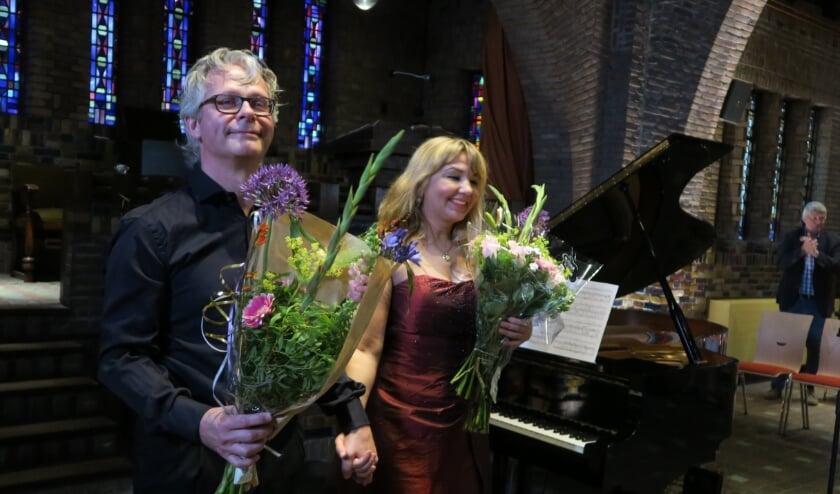 Bernhard Touwen en Julia Achkinazy tijdens hun coronaproof concert afgelopen juni in de Woudkapel. Foto Ton van Leeuwen
