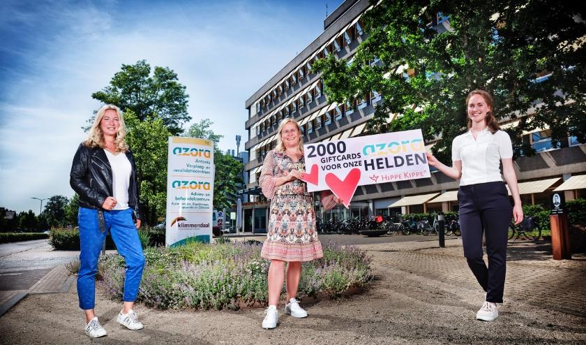 v.l.n.r. Eigenaren Susan Veltman en Claudia Willemsen van Hippe Kippe bieden P&O adviseur Marloes van der Noll van Zorgcentrum Azora symbolisch de cheque aan.