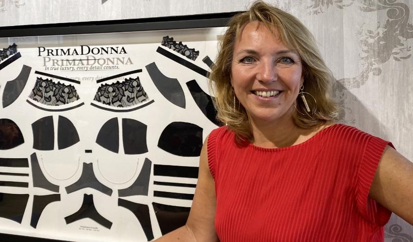 Eigenaresse Sabine Zimmer van Rosa Underwear laat zien uit hoeveel onderdelen een goede beha bestaat.