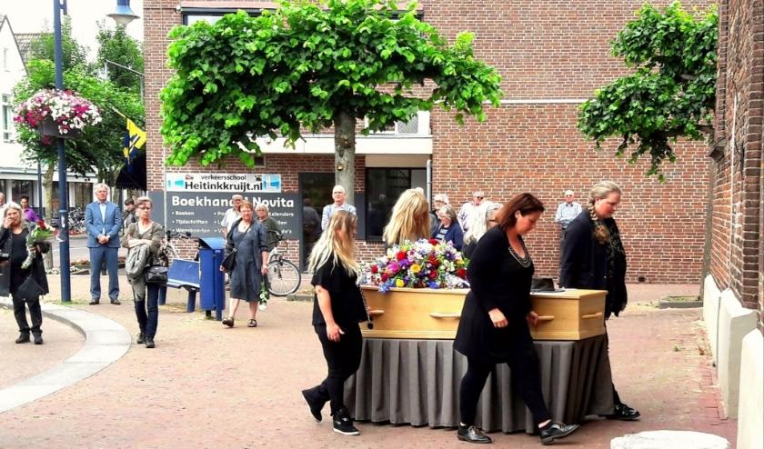 Vijf van 'zijn dames' rijden Rini Kreeft de kerk in voor de afscheidsbijeenkomst. Zijn hoed natuurlijk op de kist. (foto: Wout Schotsman)