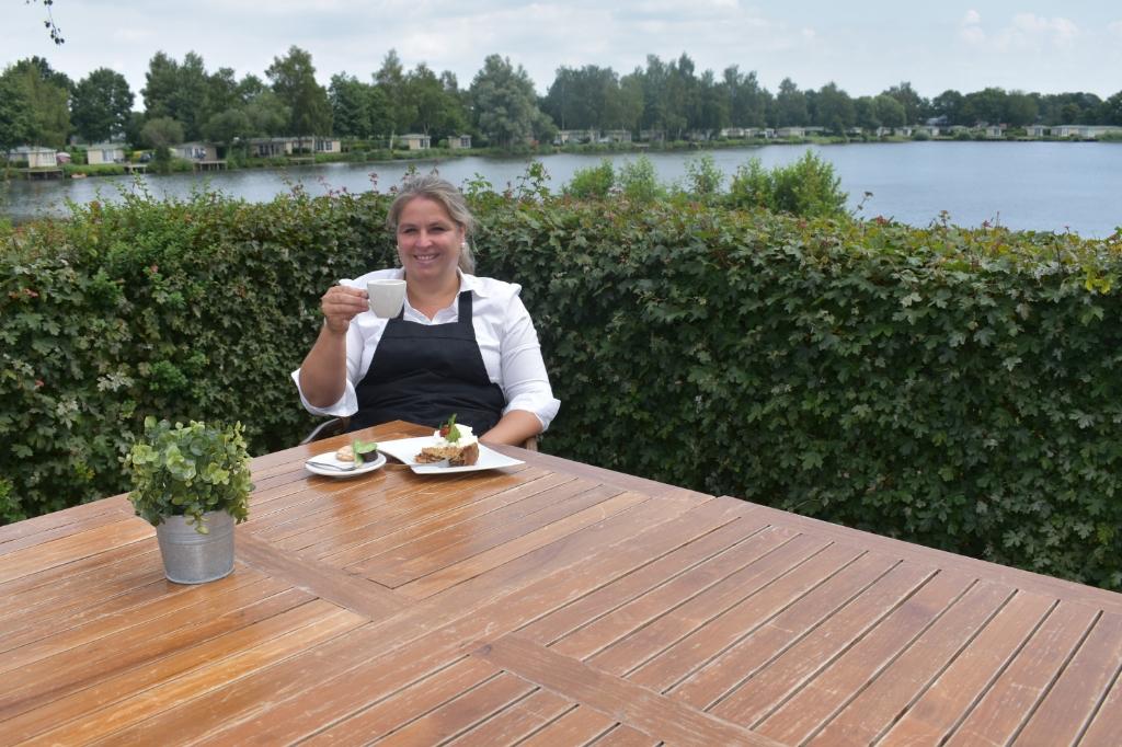 """Winy Spoor van restaurant op vakantiepark Het Tolplas, waar mensen ook terecht kunnen voor een kopje koffie met een lekkernij. """"Samen willen we ervoor zorgen dat gasten met een goed en blij gevoel naar huis gaan."""" (Foto: Van Gaalen Media)  © DPG Media"""