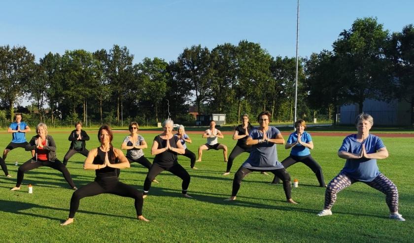 De leden van VitaDees trainen in de buitenlucht.