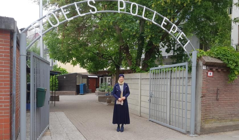 De wethouder bij de ingang van Poels - De Pollepel, een organisatie die zij een warm hart toedraagt.