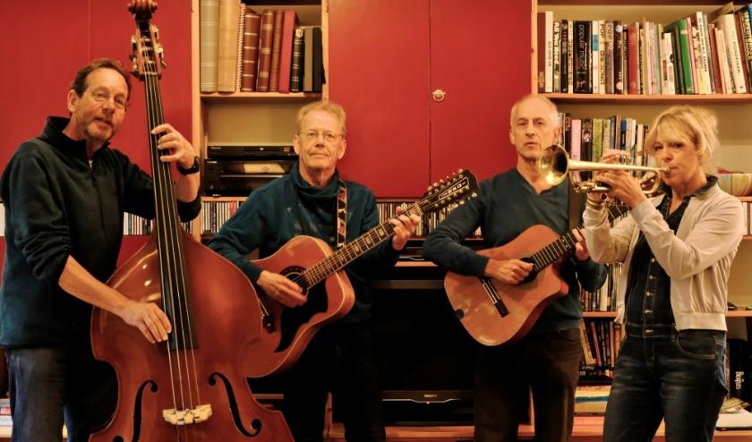 Van links naar rechts: Huub Houët op bas, Winfried Willems op gitaar, Baltie Teeuwen op tres en Ellen Dunnebier op trompet.