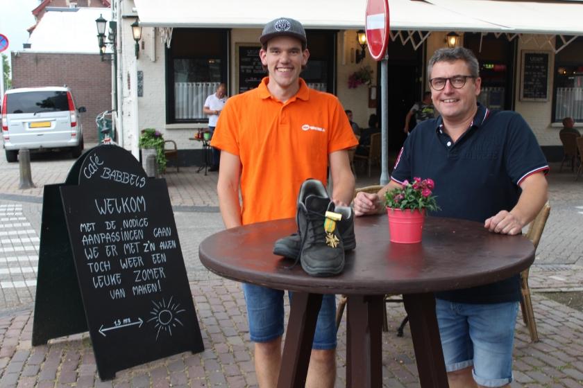 Voorzitter Oranje Comité Kerkdriel Maikel van Hooft samen met eigenaar Marcel de Wildt van Café Babbels op de plek waar De 4 van Driel start.