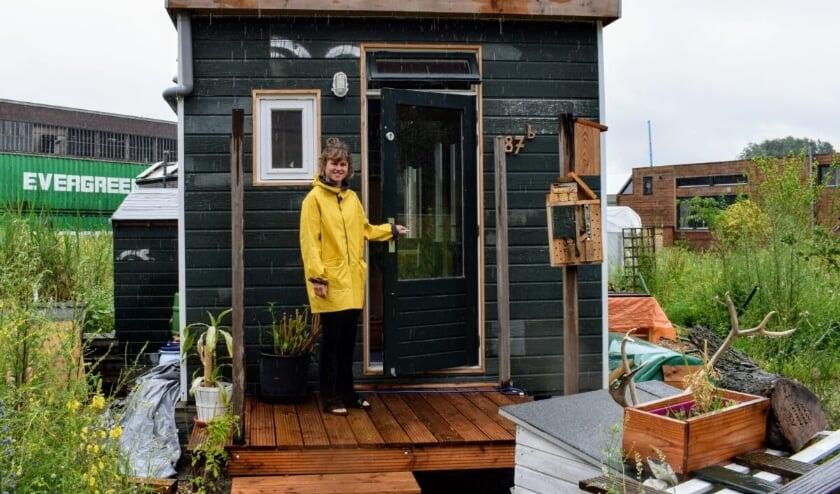 Denise bij de ingang van het tiny house (foto: Indebuurt.nl/delft)