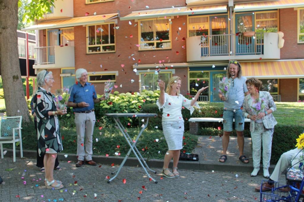 Gerry den Boestert (midden) bedankt de kunstenaars namens Lingewaarde met bloemen en confetti. Foto: Hanneke Bakker © DPG Media