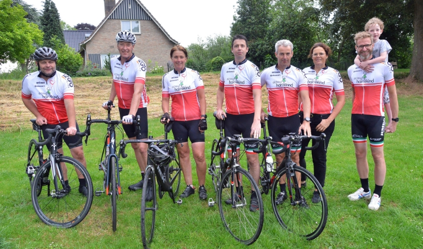 De Oudewaterse ploeg van 'WKZ Hart Strijders' fietst op 4 juli de 200 km  tijdens de Hartekind Ride. Foto:  Paul van den Dungen