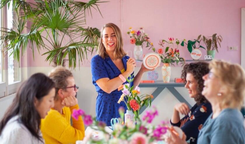 Nienke van der Zwan-Spruijt bezig met een workshop in het beschilderen in stipstijl. (Foto: Marissa van Roon)