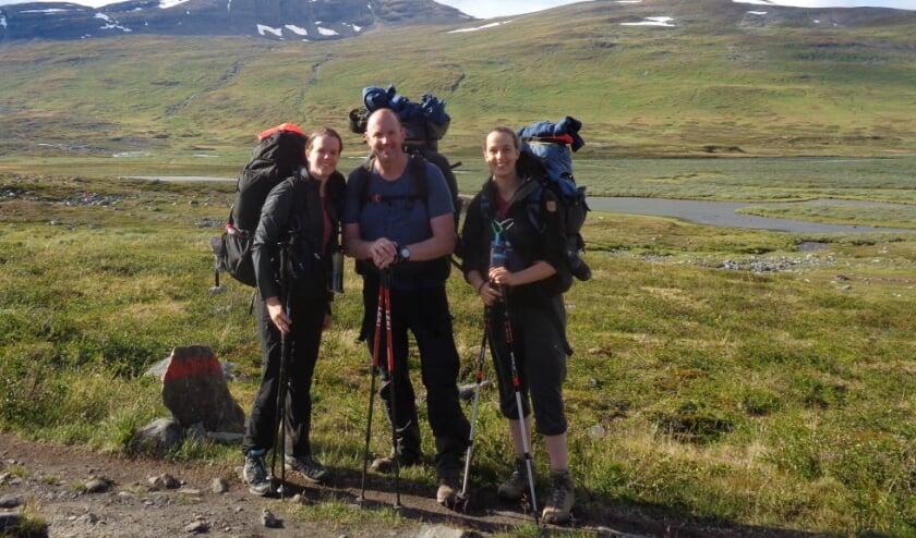 Nienke Grollenbeek (rechts) met haar vader Ando en zus Marleen vorig jaar zomer in Zweden tijdens de trektocht van 110 kilometer. (foto: PR)