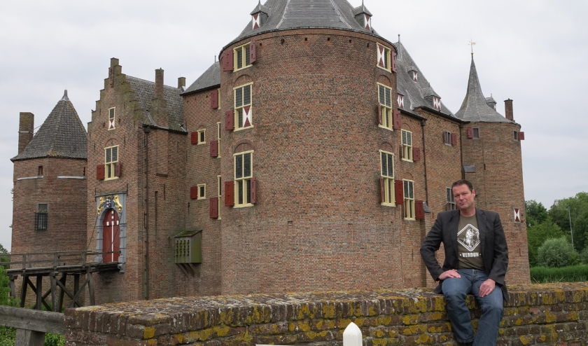 Er werd op een historische plaats afgesproken met geschiedenisleraar Koen Hubers: Kasteel Ammersoyen. Leerlingen hebben hem genomineerd voor 'Geschiedenis leraar van het Jaar'.