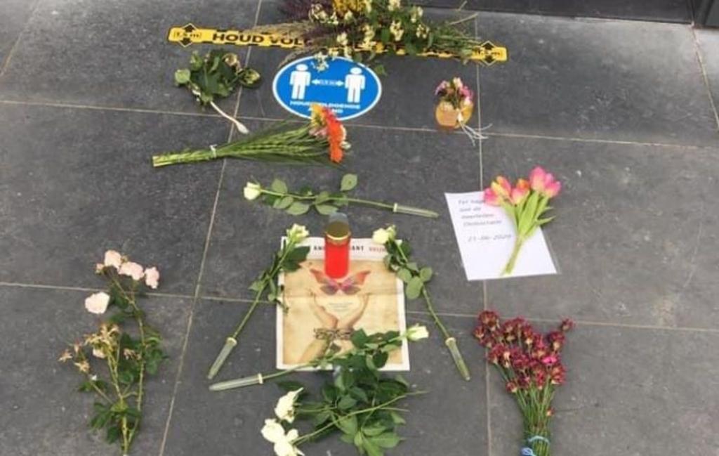 Bloemen met teksten werden neergelegd op het plein voor het stadhuis. Foto: PR © DPG Media
