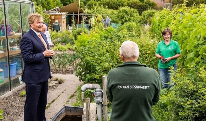 Koning Willem-Alexander in gesprek met 2 vrijwilligers in de Hof.  Fred de Grunt en Inge van den Dobbelsteen. Foto: Stefan van der Kamp.