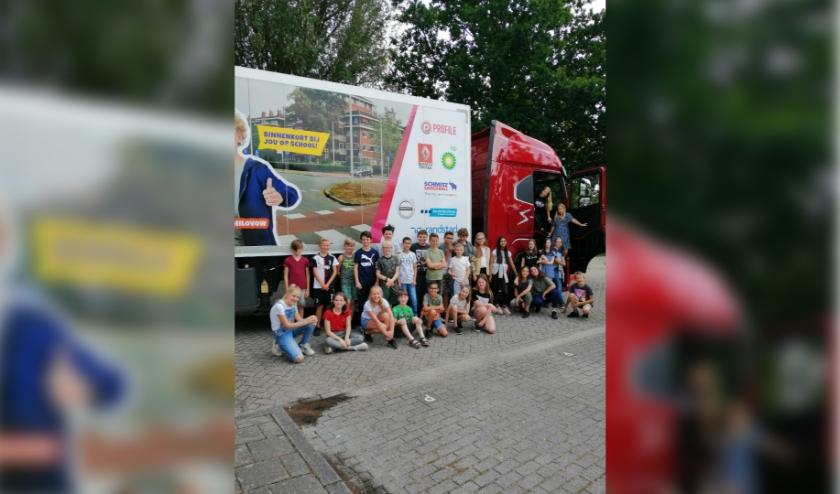 Leerlingen van groep 7 en 8 van OBS De Wildert in Breda krijgen les over de gevaren van grote voertuigen in het verkeer.