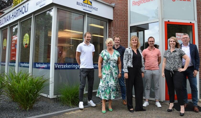 Een deel van de mensen achter de RegioBank in Elburg.