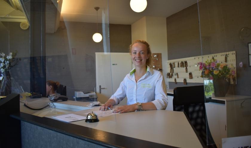 Nienke Hegeman werkt normaal gesproken in de horeca, maar helpt vanwege drukte bij de receptie van Bungalowpark Hoge Hexel. (Foto: Van Gaalen Media)