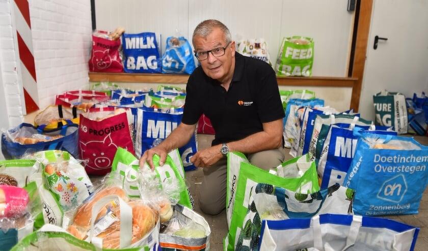 Peter Bob Peerenboom, voorzitter van voedselbank Doetinchem, bij de boodschappenpakketten.