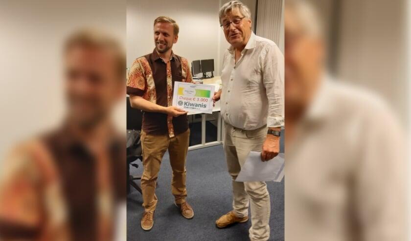 Gerben Boon (links) ontvangt van Kiwanis Club voorzitter Robin Nieboer de cheque. Foto Piet Smit