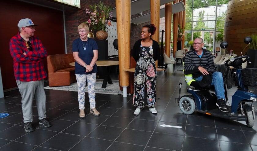 Op www.grootvlaardingen.nl vind je de videoboodschap van Ton, Thea, Amber en Roland (v.l.n.r.), waarmee de vrienden aandacht vragen voor mensen met een beperking in crisistijd. (Foto: Britt Planken)