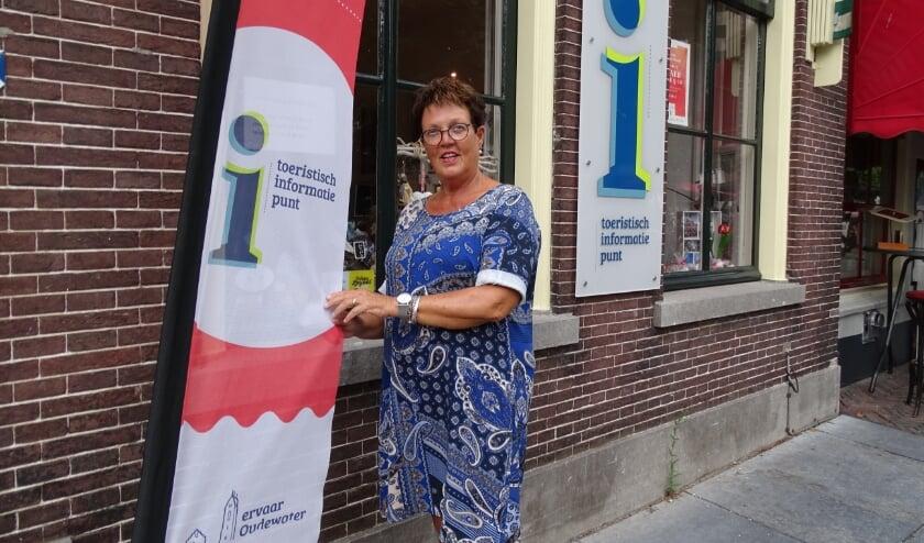 Vrijwilliger Henny Dolleman van het TIP in Oudewater. Per 1 juli is de winkel weer op de gewone tijden geopend