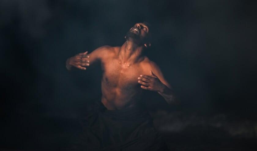 Fazle Shairmahomed tijdens de opnamen op het Zuiderstrand voor zijn Short movie Umad decolonizing rituals (Foto: Milan Tettero).