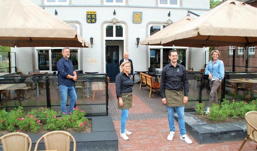 Het enthousiaste team achter de ontwikkeling van De Beerze, met architect, eigenaar, uitbaters en inrichtster.