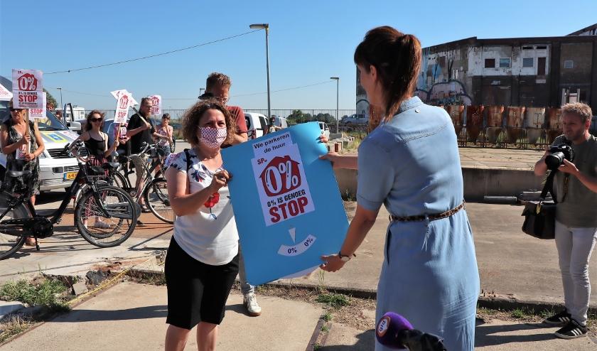 Raadslid Biljana Markovic (links) doet ook mee met de actie om de huurverhoging op 1 juli te parkeren