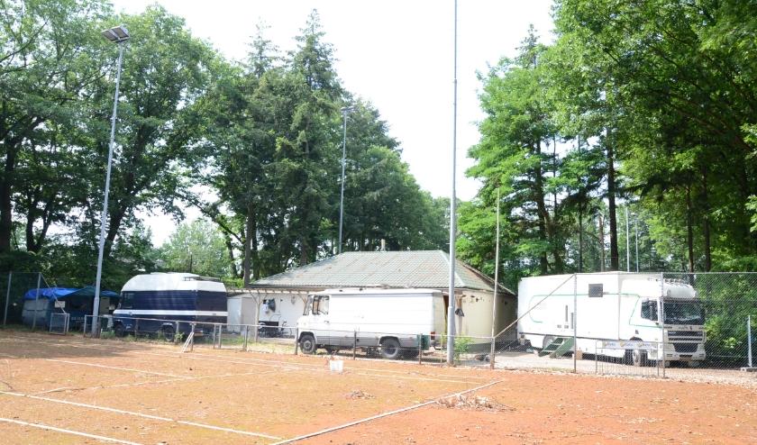 Het terrein van voormalig Batatennisvereniging ingenomen door stadsnomaden.