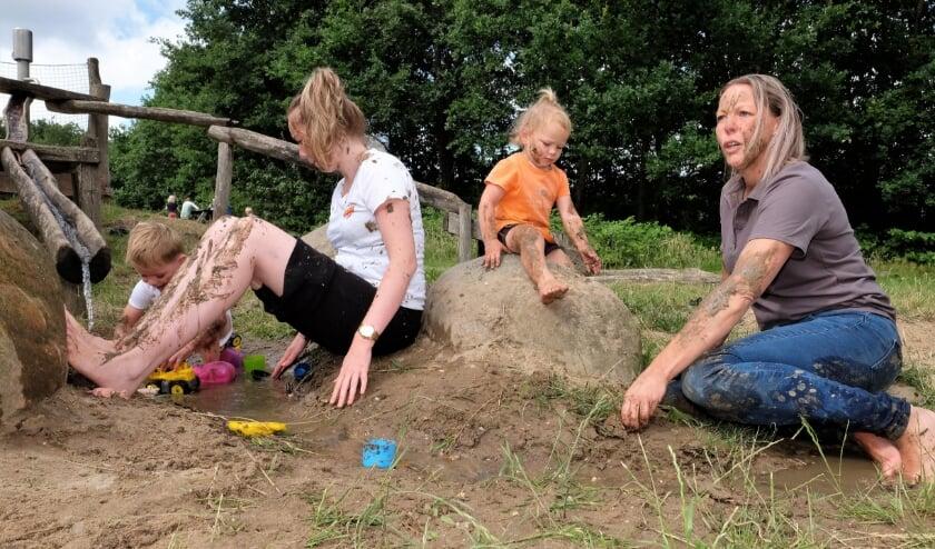 Lekker kliederen met modder! Dat deden ze in Rhenen. (Foto's: Max Timons)