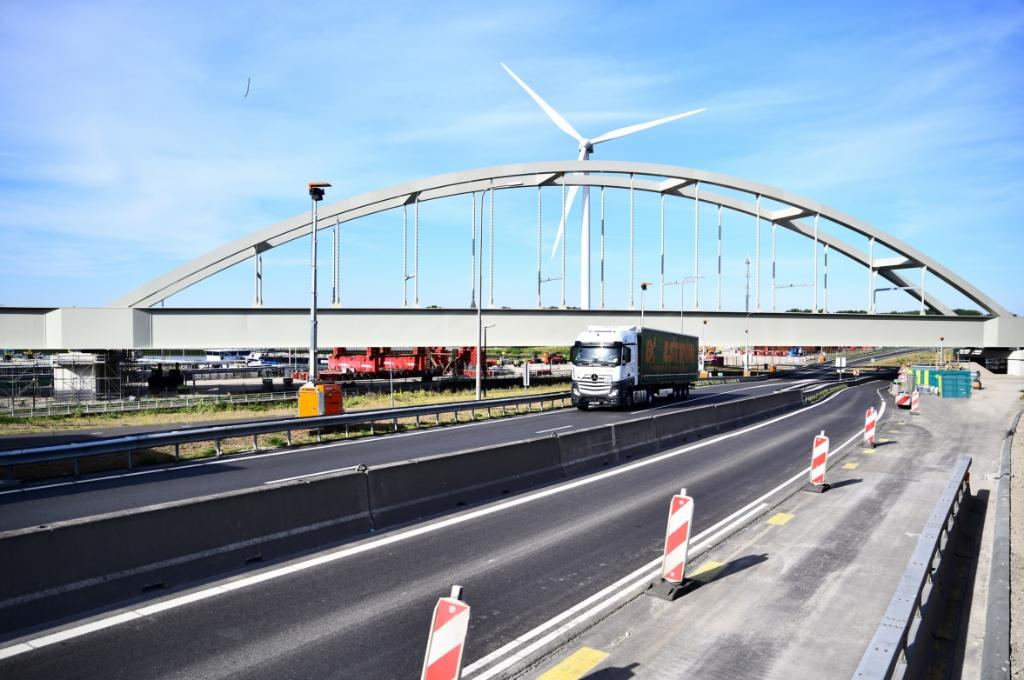 Theemswegtrace brug succesvol geplaatstFoto: Danny Cornelissen Foto:  © DPG Media