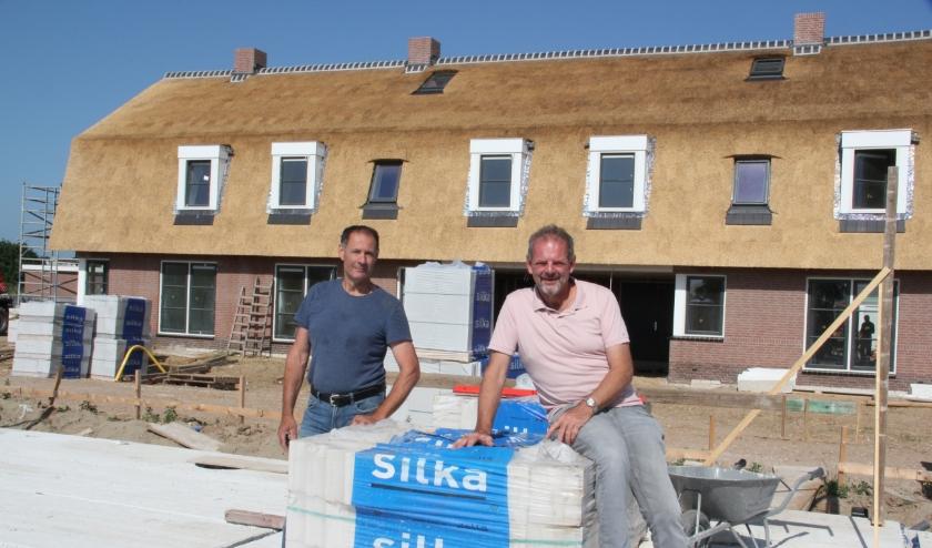 Hans en Rob van Rouwendaal geven op zaterdag 27 juni rondleidingen, waarbij ook de woningen die nog in aanbouw zijn coronaproof kunnen worden bezichtigd.
