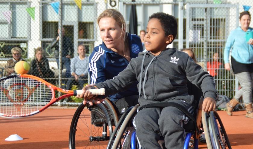 Tennisles in een sportrolstoel.