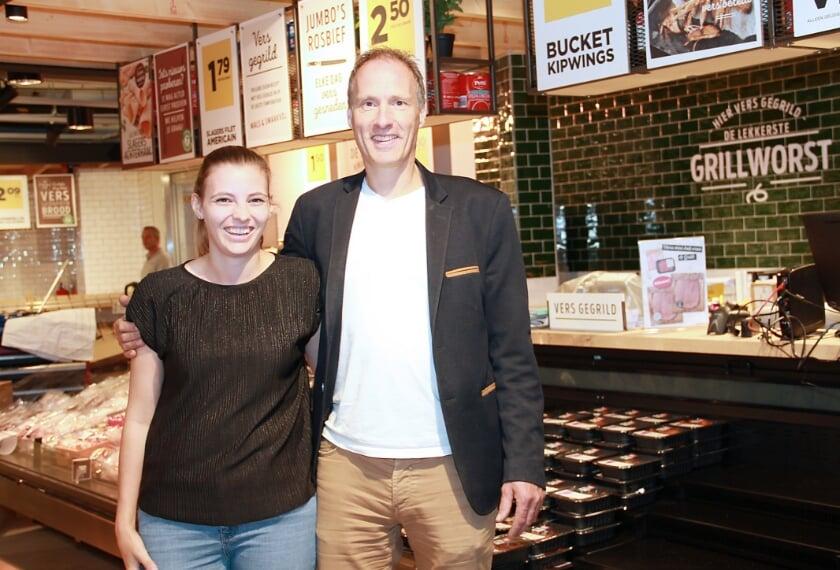 Chris Gradussen met dochter Charlotte in de nieuwe Jumbowinkel waar nog hard gewerkt wordt om alles klaar te krijgen.
