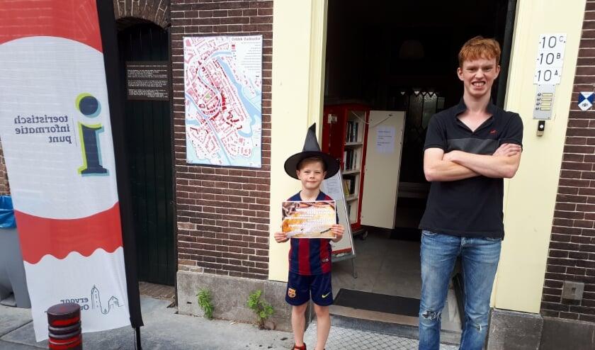 Straks lopen er vast veel kleine heksjes door de stad, zoals Boaz van 7, hier met Patrick, die de puzzeltocht ook liep. (Foto: Margreet Nagtegaal)