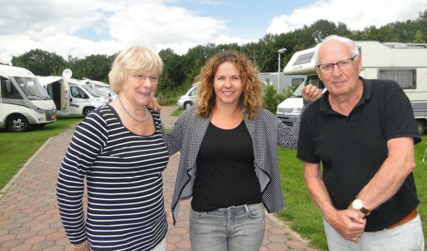 Marion en Rob Jordens op camperplaats Lookerland, met in het midden Kristel van der Velde. (Foto: Leo Polhuijs)