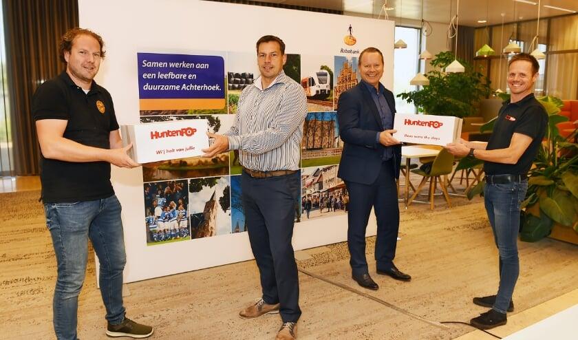 Jeroen Giezenaar (Huntenkring), Mario te Kaat (Rabobank), Steven Enneman (directeur Rabobank) en Hajon Westerveld.
